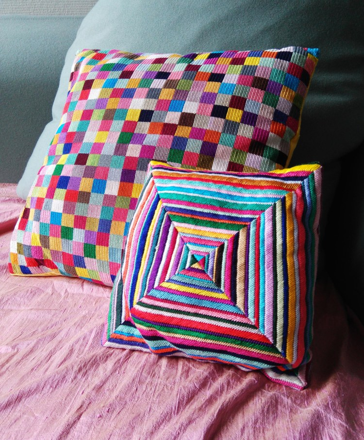idee-deco-broderie-coussin-multicolor