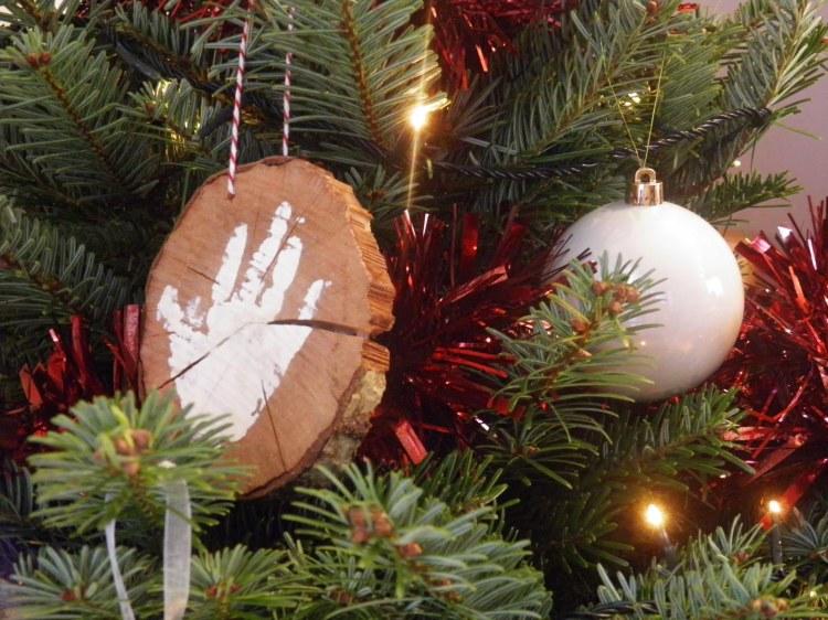 premiere-decoration-noel-enfant-bois-empreinte-main
